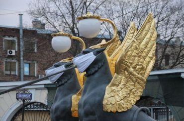 Грифонам сБанковского моста надели медицинские маски