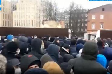 Сотни мигрантов осаждают петербургский ЕМЦ, чтобы остаться вРоссии