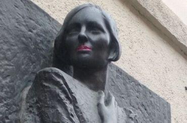 Неизвестные накрасили губы Ольги Берггольц напамятной доске вПетербурге