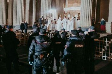 Крестный ход прошел вПетербурге нафоне ОМОНа