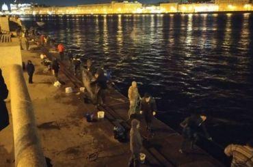 «Цирк, анесамоизоляция»: десятки рыбаков ночью вышли наловлю корюшки