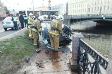 Пьяный водитель пробил ограждения ичуть несвалился вМойку