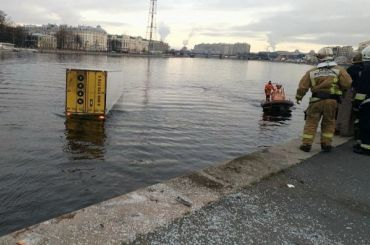 Фура вылетела вБольшую Невку сВыборгской набережной