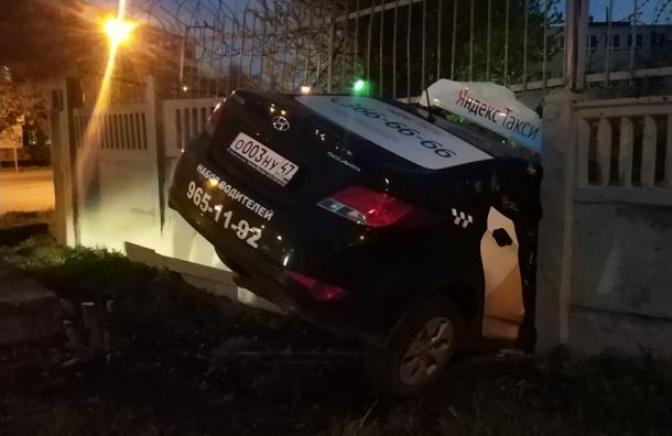 Машина такси влетела вбетонный забор вКировском районе