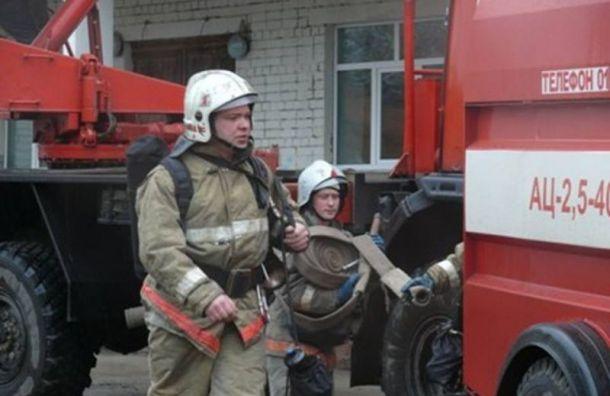 Жильцов горящей квартиры наКультуры спасали через балкон