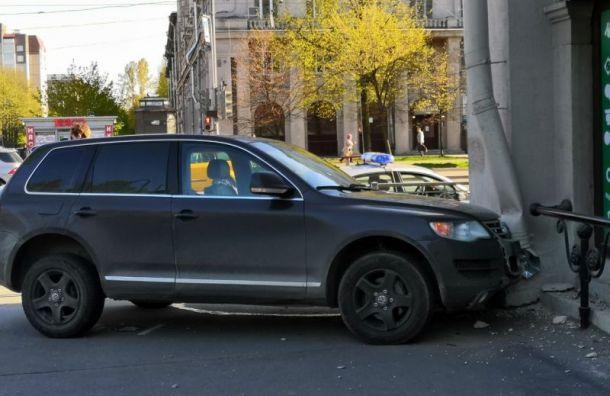 Volkswagen протаранил витрину магазина после ДТП на Благодатной
