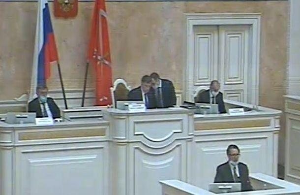 Макаров сидит назаседании парламента без маски