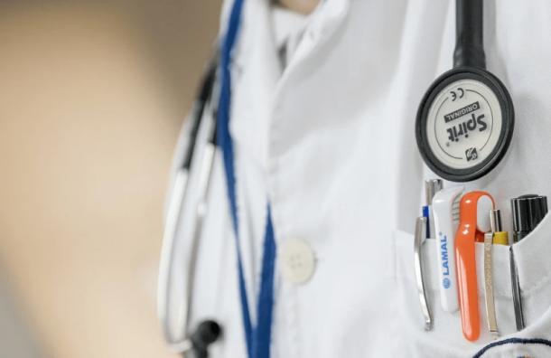 Петербург начнет привлекать медиков издругих регионов для борьбы сCOVID-19