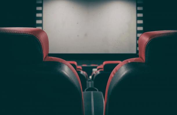 Россиянам рекомендовали носить маски при посещении кинотеатров