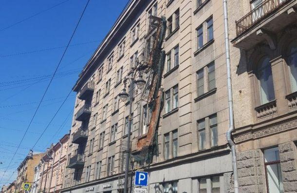 Оставшиеся балконы демонтируют сдома наКирочной из-за угрозы обрушения