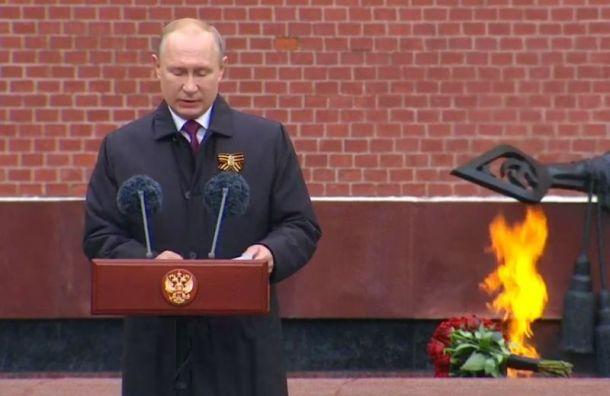 Путин поздравил россиян сДнем Победы