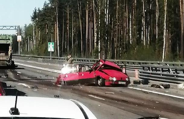 Водитель Volkswagen погиб после столкновения смусоровозом наКАД