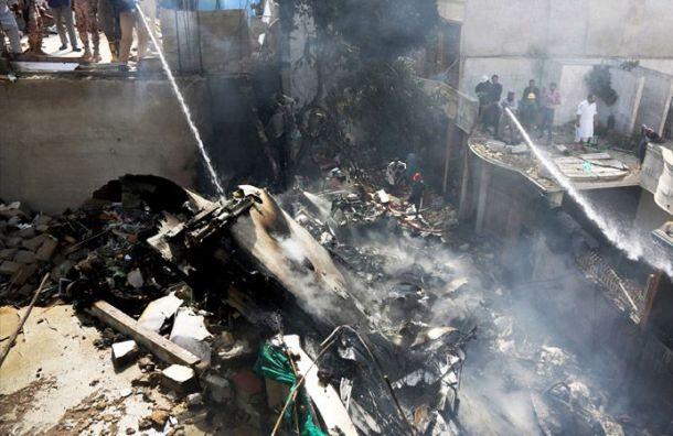 Поменьшей мере 107 человек погибли при крушении самолета вПакистане