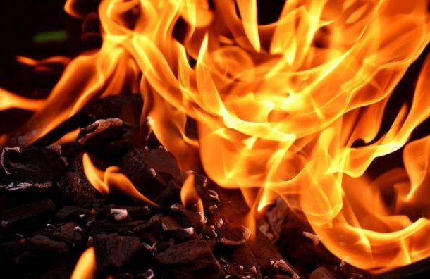 Пламя охватило ангар наОктябрьской набережной