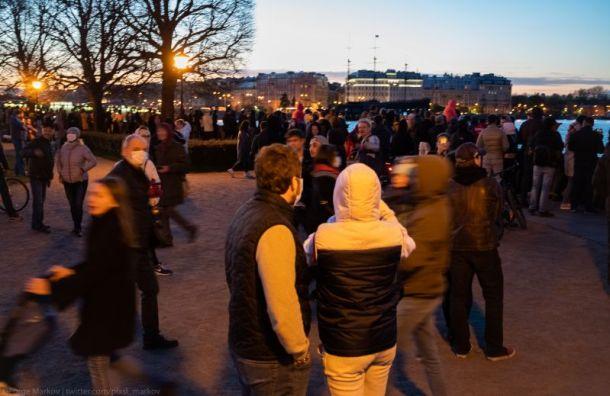 Толпы петербуржцев собрались нанабережных смотреть салют на9Мая