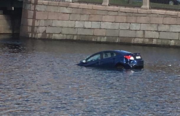 Автомобиль пробил ограждение после столкновения ипошел кодну