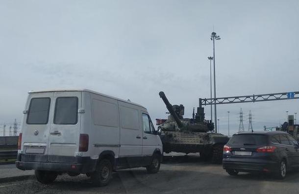 Танк попал ваварию наразвязке КАД сВолхонским шоссе