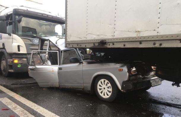 Автобус, грузовик, фура и«Жигули» столкнулись наМосковском шоссе