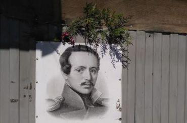 Петербуржцы принесли цветы кдому Лермонтова наСадовой