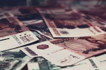 Пенсионерка выбросила изокна 100 тысяч рублей мошеннику