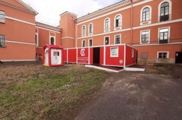 Машины скорой помощи выстроились вочередь перед больницей вПушкине