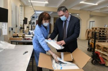 «Газпром» передал Петербургу защитные костюмы для врачей
