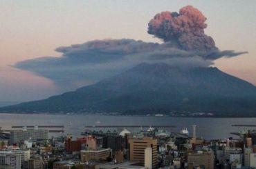Вулканический пепел накрыл город Кирисима
