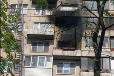 Пожарные спасли мужчину изгорящей квартиры наСофийской улице