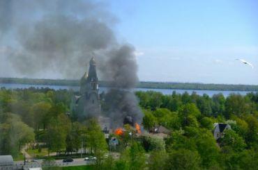 Деревянный дом полыхает около церкви Петра иПавла вСестрорецке