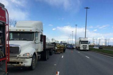 Водитель «Газели» погиб вДТП сгрузовиком наСофийской улице