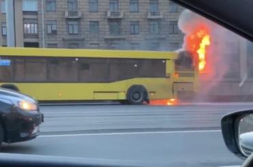 Пассажирский автобус загорелся намосту Александра Невского