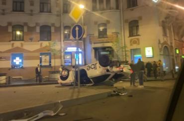 Автомобиль такси взлетел ввоздух иперевернулся после столкновения