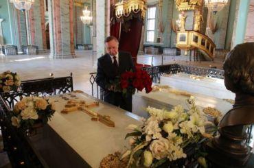Беглов возложил цветы кмогиле Петра Первого