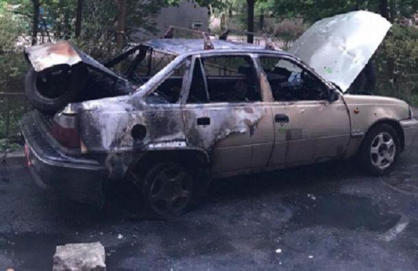 Полицейские спасли мужчину изгорящего автомобиля вцентре Петербурга