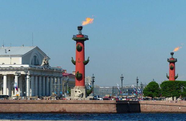 Факелы Ростральных колонн зажгли вПетербурге вчесть Дня Победы
