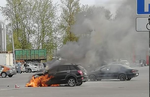 НаРуставели спасли двух маленьких детей изгорящей машины