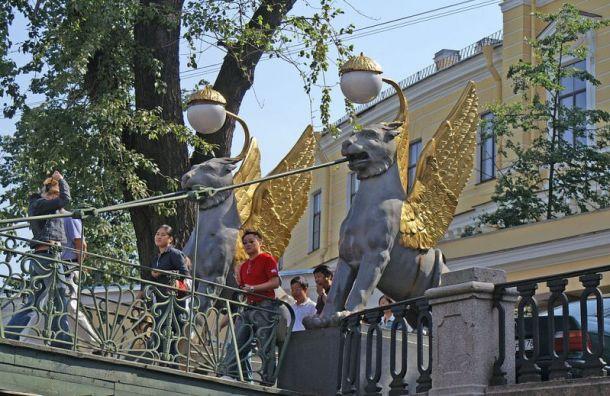 Вандалы испортили скульптуры грифонов наБанковском мосту