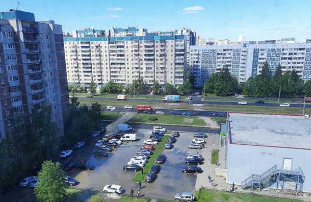 Три машины повредились из-за прорыва трубы наСтародеревенской