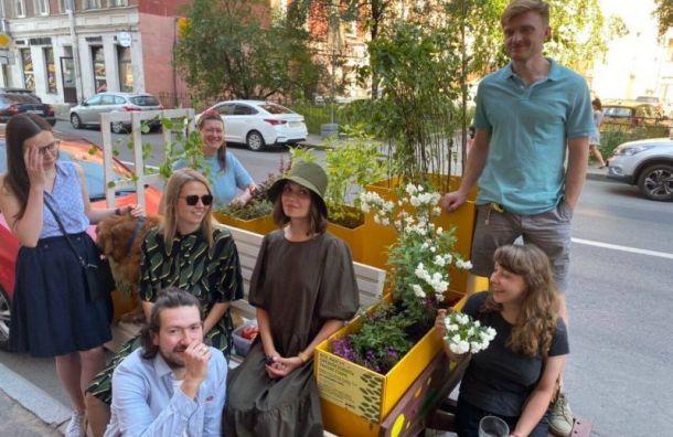 Петербуржцы создали передвижную скамейку, которая может путешествовать погороду