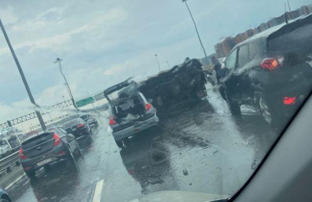 Fiat врезался вотбойник иперевернулся наКАД