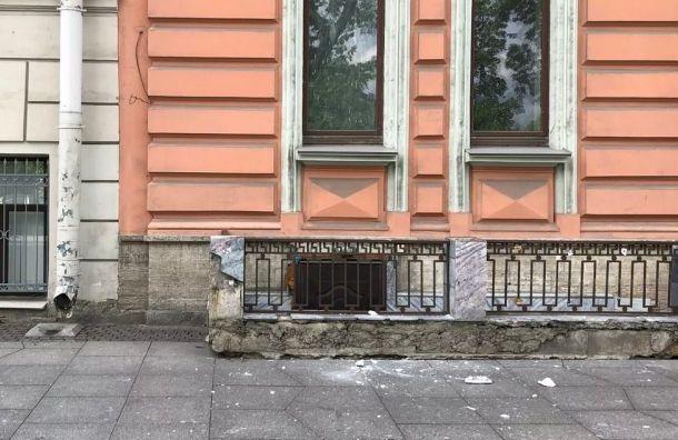 Куски лепнины рухнули сдома наПотемкинской улице