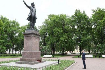 Беглов возложил цветы кпамятнику Пушкину наплощади Искусств