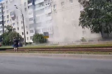 Улицу Ярослава Гашека частично затопило из-за прорыва трубы