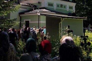 Петербуржцы устремились кСмоленскому кладбищу вТроицкую родительскую субботу