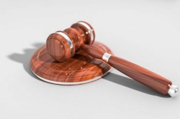 Суд оправдал двух полицейских, обвиняемых визнасиловании дознавательницы