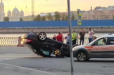Перевернувшийся Mercedes задел двух пешеходов наВасильевском