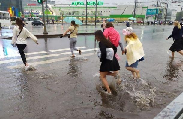 Потоп вПетербурге: дожди залили дороги, магазины иаэропорт