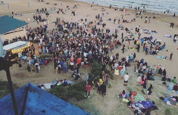 Петербуржцы устроили массовую вечеринку напляже «Ласковый»