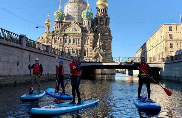 Газманов прокатился насапборде порекам иканалам Петербурга