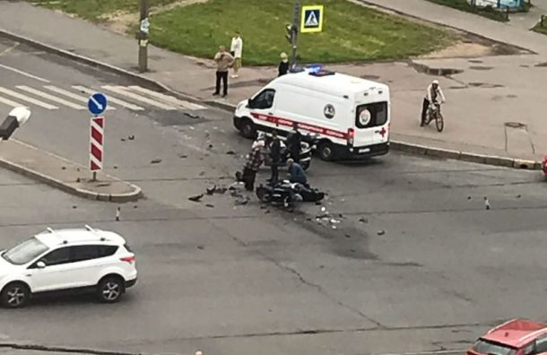 Микроавтобус насмерть сбил мотоциклиста вНевском районе